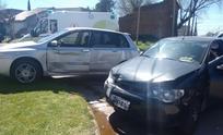 Violento choque entre dos autos: un herido