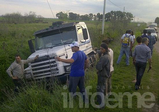 Camionero se despistó y terminó en un zanjón