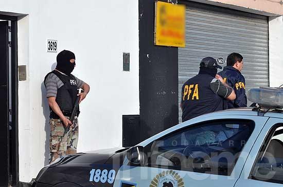Secuestran armas y dinero falso en allanamiento por drogas