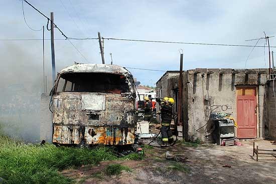 Vecinos justicieros: incendiaron colectivo de un presunto ladrón
