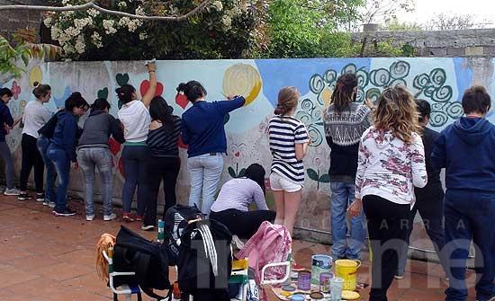 Estudiantes de Artes Visuales pintaron un mural en Ideo