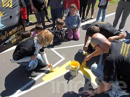 Pintaron dos estrellas amarillas sobre la ruta nacional 226