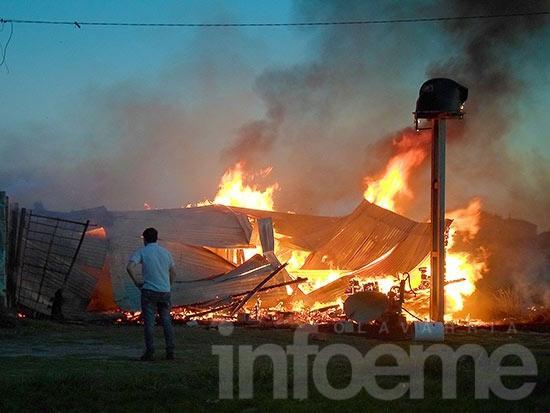 Voraz incendio en una vivienda prefabricada