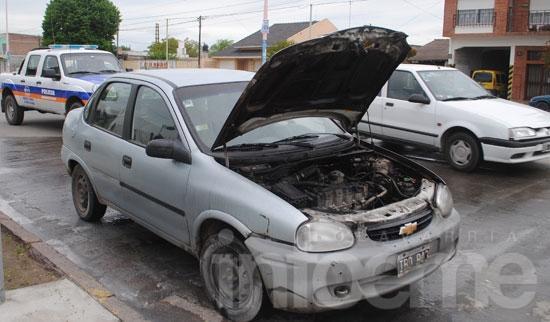 Incendio de un auto en la vía pública