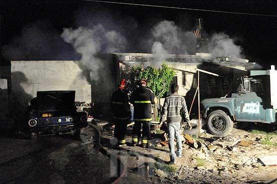 Se incendió un auto y el fuego se expandió a una vivienda