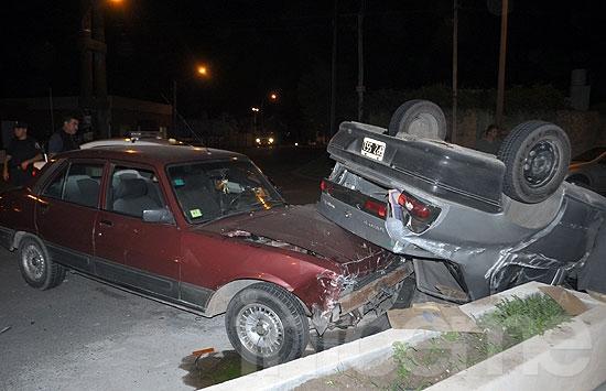 Dos heridos en violento accidente entre dos autos