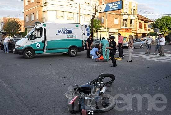 Motociclista herido en un fuerte choque con un automóvil