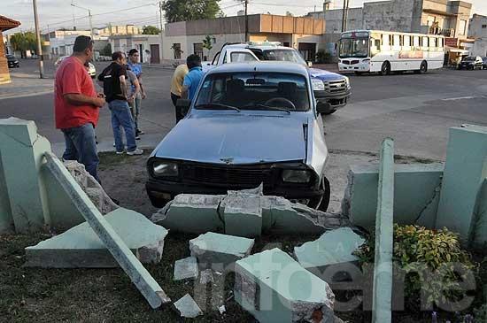 Chocan auto y moto: rompieron un paredón