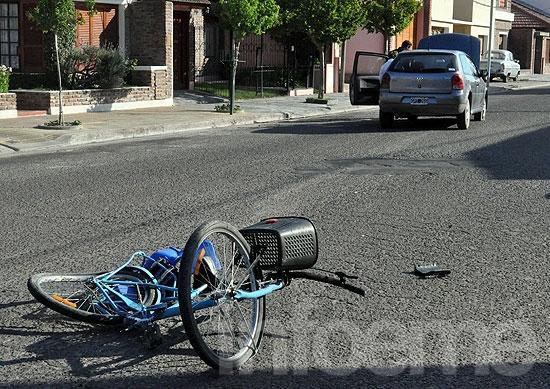 Menor herido al ser embestido por un automóvil