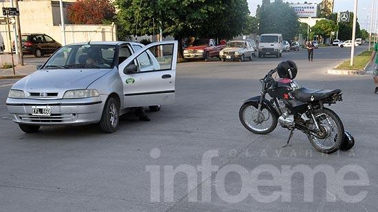 Un adulto y un menor heridos en choque entre un auto y una moto