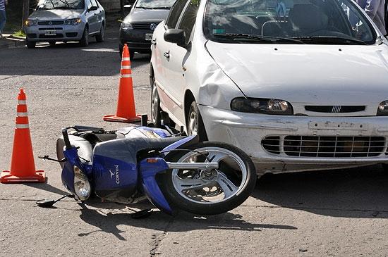 Dos motociclistas heridos en accidente con un automóvil