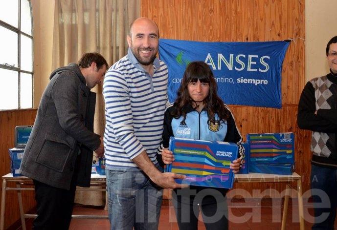 Estudiantes de Sierra Chica recibieron sus netbooks