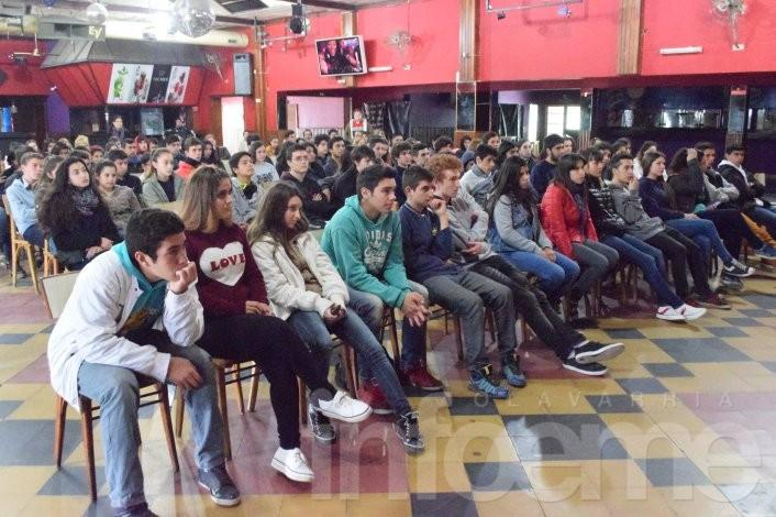 Schwindt, Gil y Galli presentaron propuestas a estudiantes