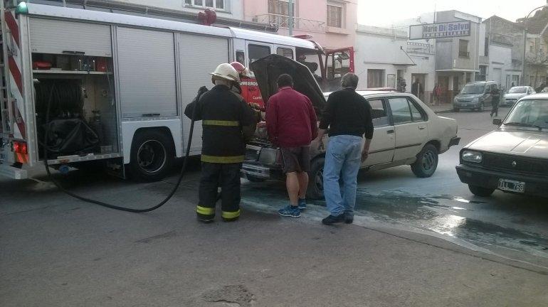 Principio de incendio en un automóvil en el centro