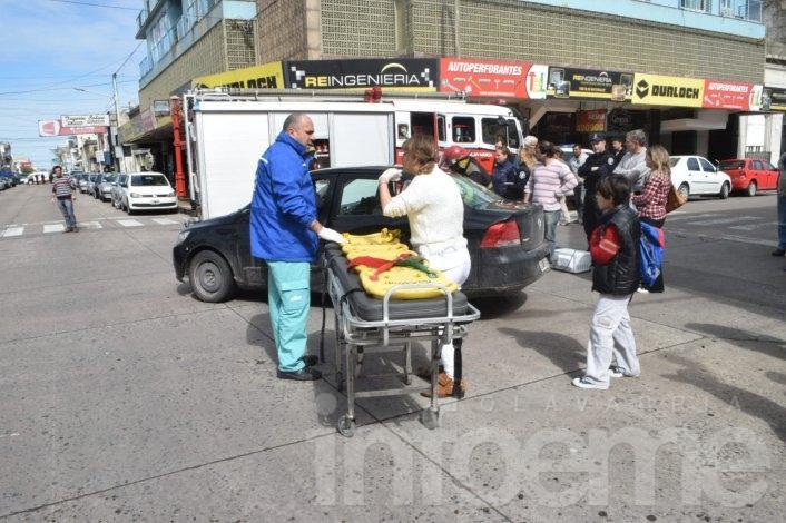Dos autos chocaron en pleno centro, una mujer quedó atrapada