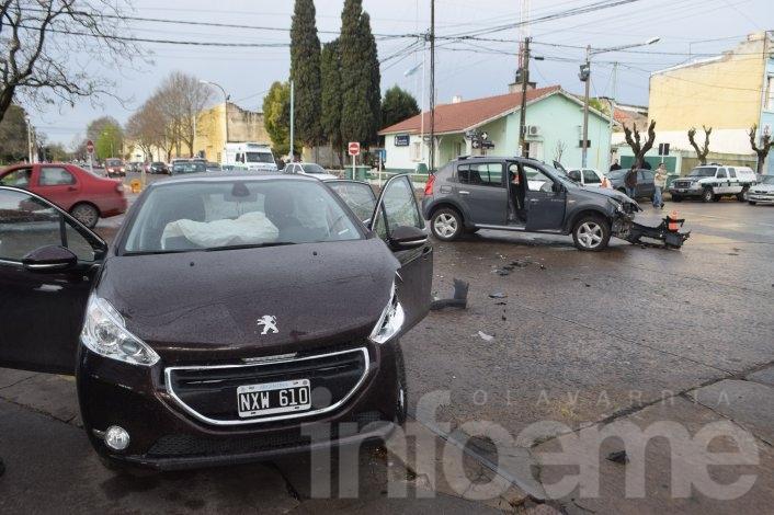 Violenta colisión entre dos automóviles: una mujer herida