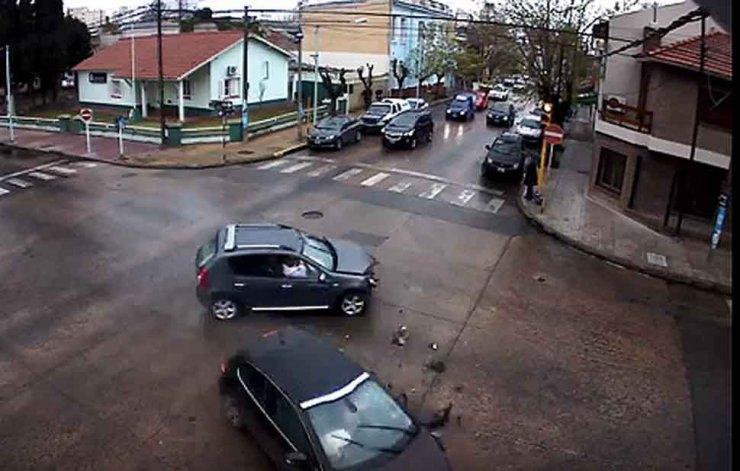 El video del accidente en la esquina de la Comisaría