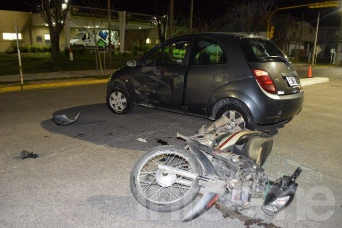 Motociclista herido en un fuerte choque con auto