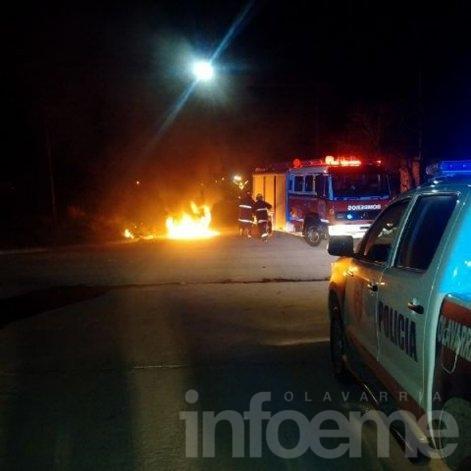 Daños totales en un vehículo incendiado esta madrugada