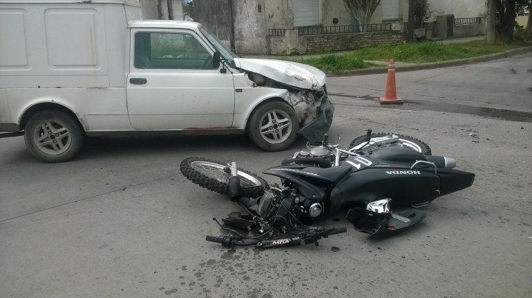 Motociclista herida al chocar con una camioneta