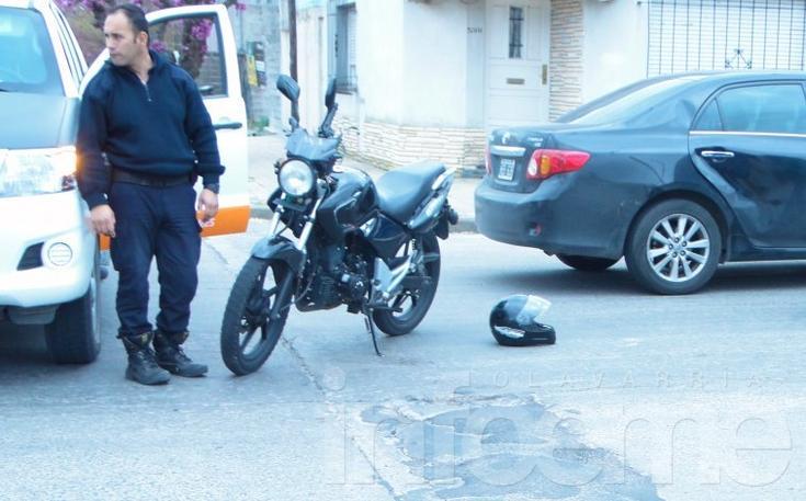 Motociclista chocó con un auto y sufrió heridas leves