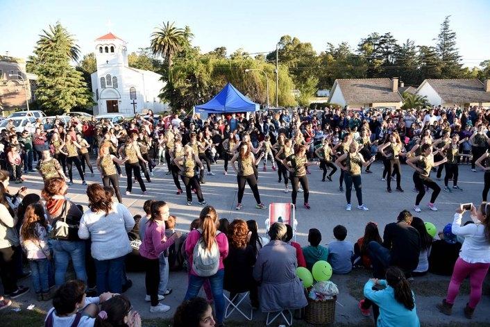 Sierras Bayas celebró su aniversario en una jornada soleada y a puro baile