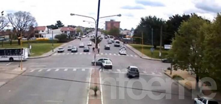 Choque en un semáforo quedó registrado por las cámaras