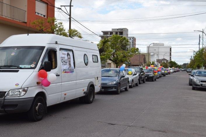 Ezequiel Galli cerró su campaña en una caravana que recorrió la Ciudad