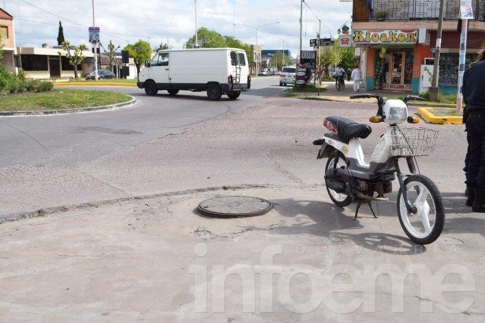 Motociclista no alcanzó a frenar y chocó en la rotonda