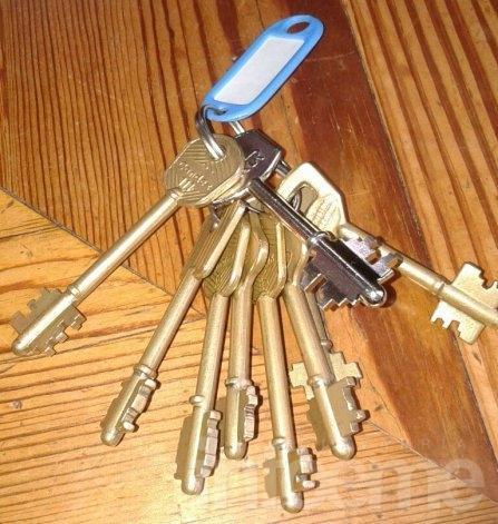 Encuentran estuche de notebook y juego de llaves