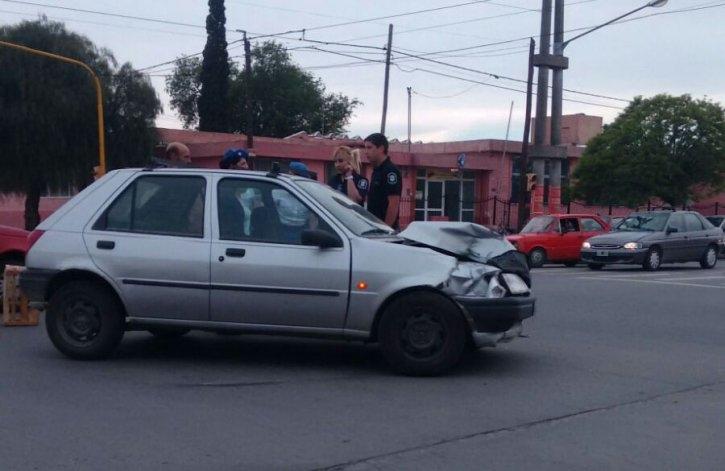 Fuerte choque entre un auto y un camión