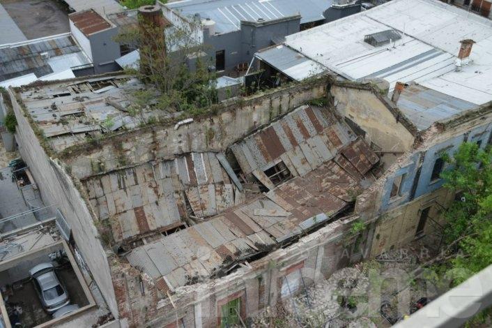 Impresionante derrumbe de edificio céntrico: cayó sobre cinco autos