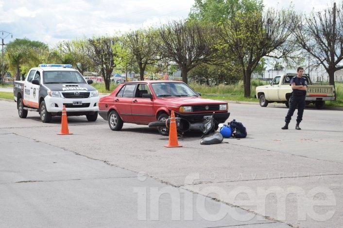 Motociclista herida tras chocar con un auto