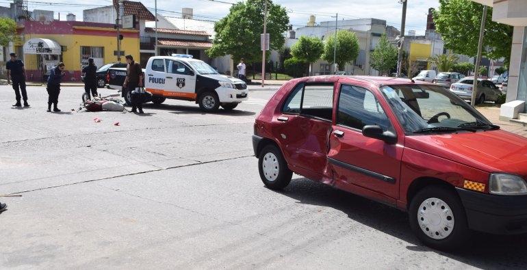 Fuerte choque en microcentro: joven motociclista herido