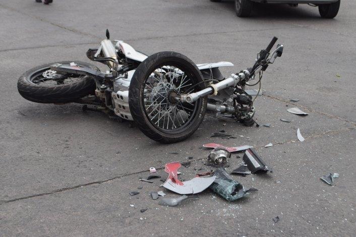 Martes accidentado: Un herido en choque moto- auto