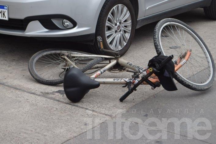 Ciclista en grave estado al ser embestido por un auto