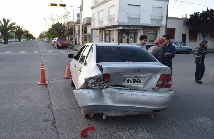 Choque entre dos autos en semáforo