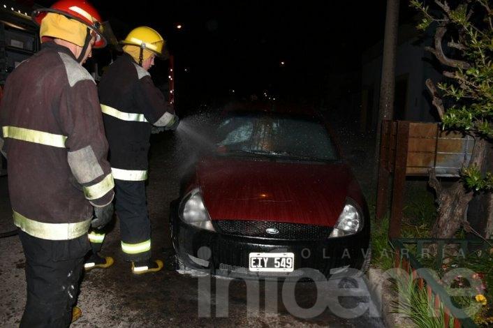 Un vehículo se incendió y registró diversos daños