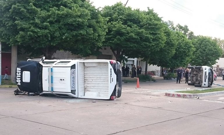 Increíble: chocan y vuelcan dos móviles policiales
