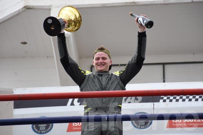 Weimann arribó segundo y se acercó en el campeonato