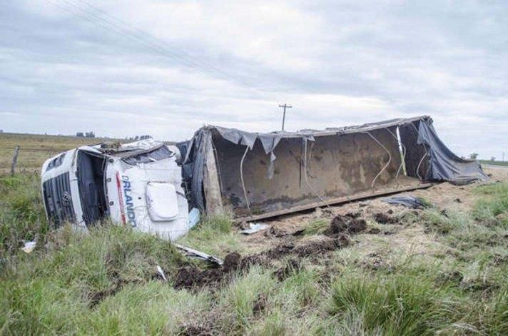 Camionero olavarriense volcó en la ruta 51