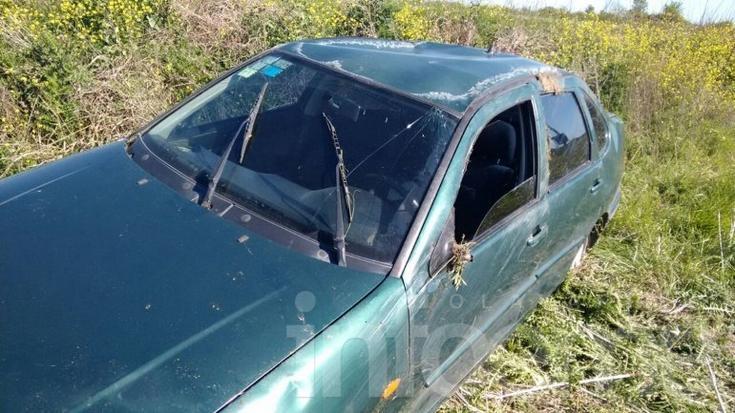 Automóvil volcó en el Camino de los Pueblos frente al Autódromo