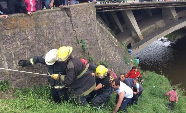 Así rescataron a la mujer que se tiró desde el puente de la Avenida Colón