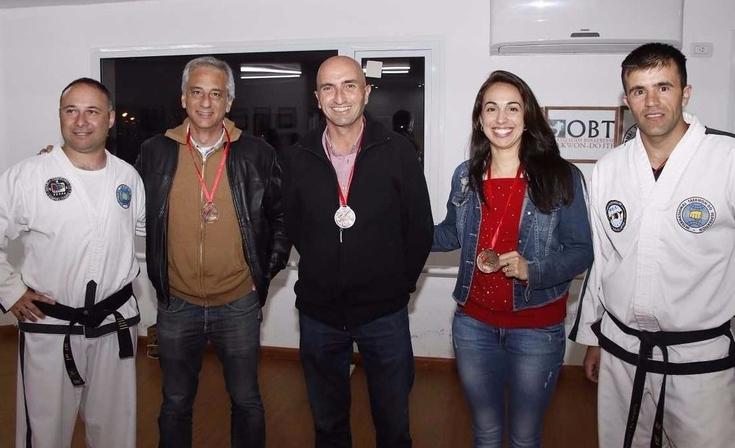 Eseverri y Rodríguez junto a taekwondistas olavarrienses campeones