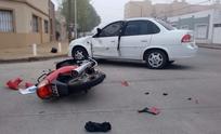 Motociclista herida tras violento choque con un remis