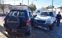 Violento choque entre dos camionetas: ambas quedaron sobre la vereda