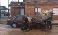 Se incendió el motor de un auto en plena calle
