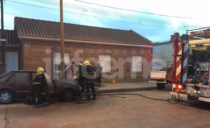 Se incendió el motor de un auto en plena calle y alertó a Bomberos