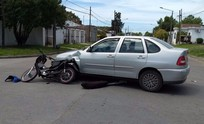 Joven motociclista herido en un choque con un auto