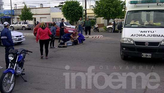 Un motociclista resultó herido al frenar de golpe en el semáforo